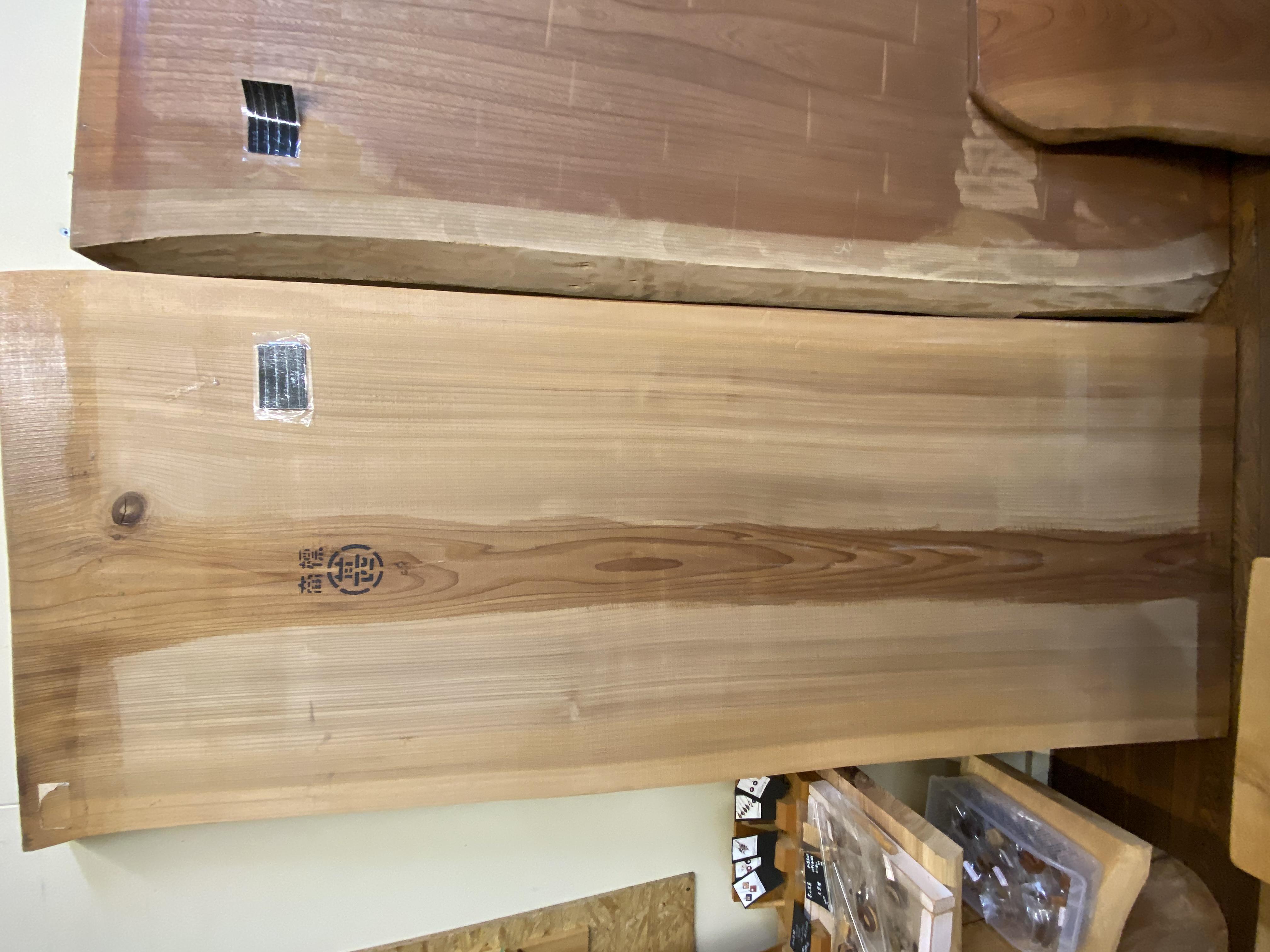 秋田杉の天板でテーブルを製作しました